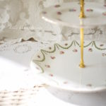ジョージジョーンズ クレッセント&タスカン 薔薇のガーランドとお花のアフタヌーンティーケーキスタンド